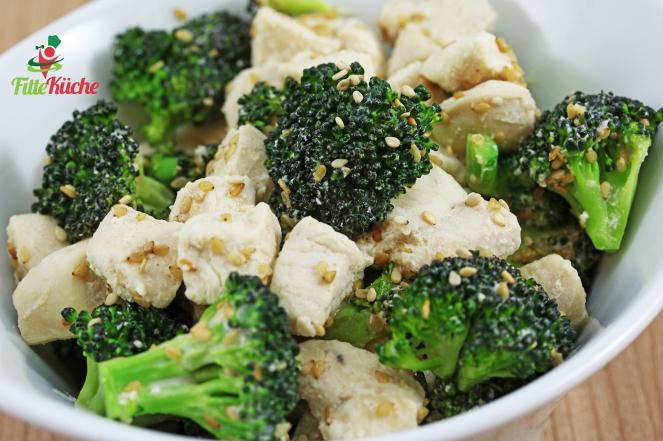 Brokkoli-Hähnchen Pfanne mit Sesamsauce